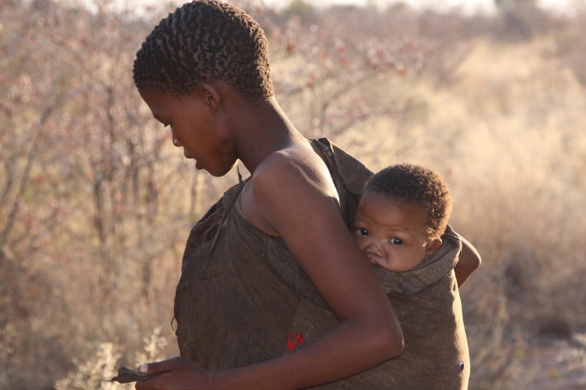 женщина с ребенком в черной африке