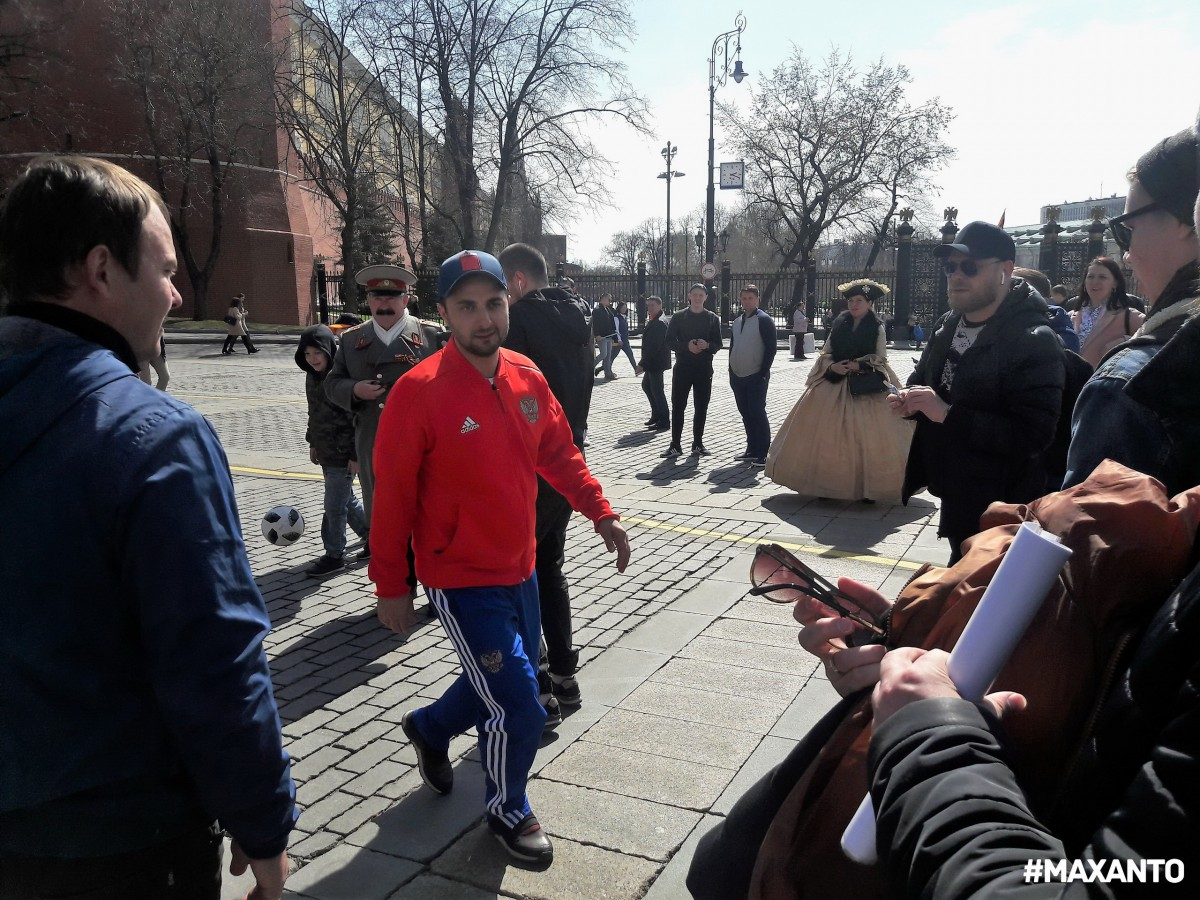 Демис Карибидис  на манежке играет в футбол