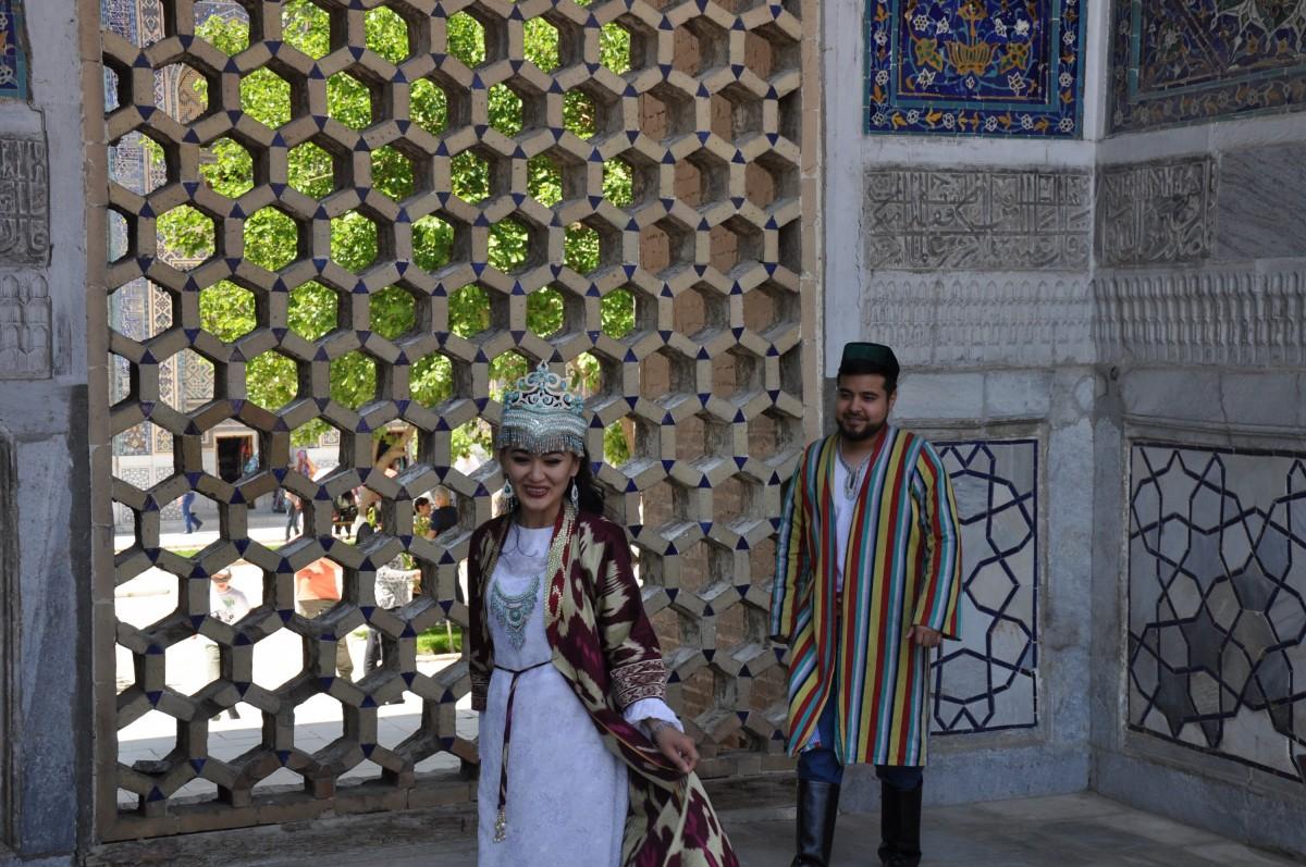 Узбеки в национальных костюмах