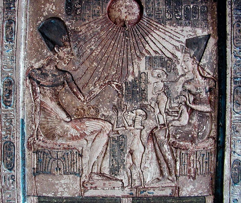Барельеф изображает семью Эхнатон,  под живительными лучами бога Атона