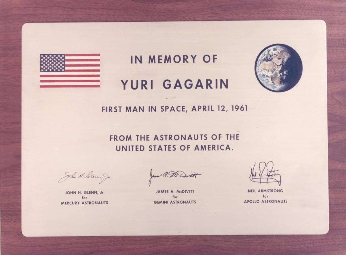 Мемориальная доска в США в честь полёта Юрия Гагарина