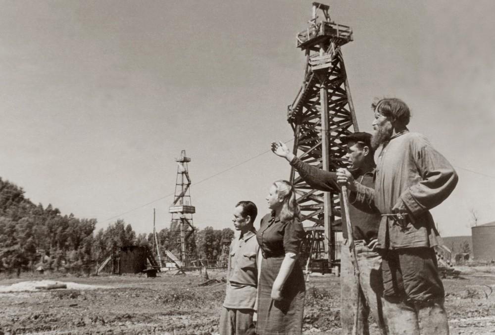 Нефтепромыслы в Яблоневом овраге, фото Н. Финикова, 1947 год
