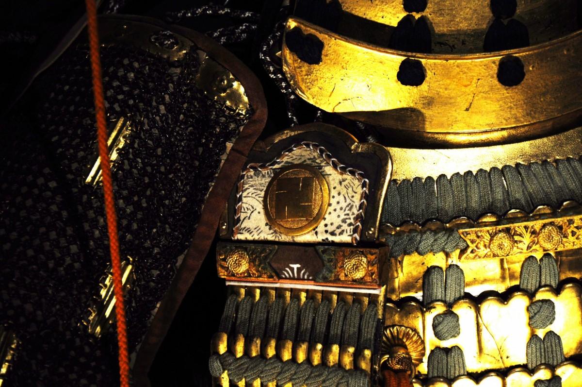 Свастика - герб клана Хатисука на доспехах самурая