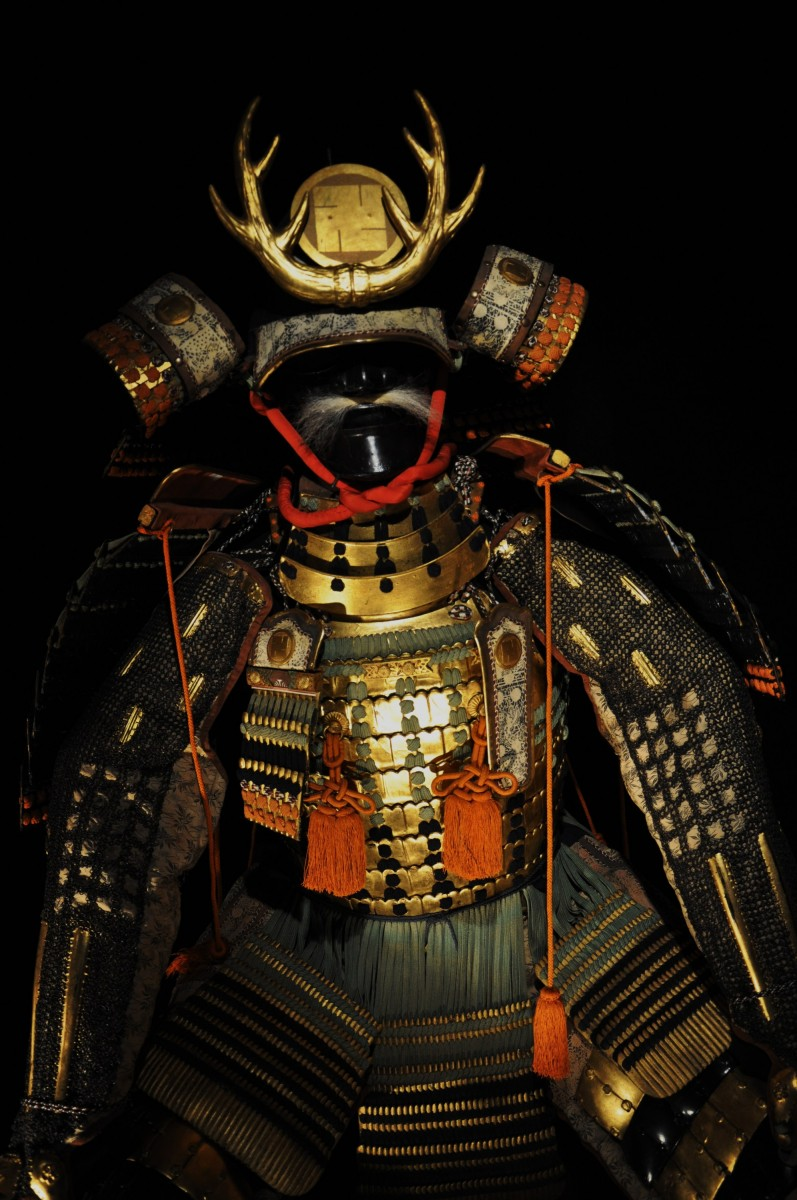 Свастика - герб клана Хатисука на шлеме самурая