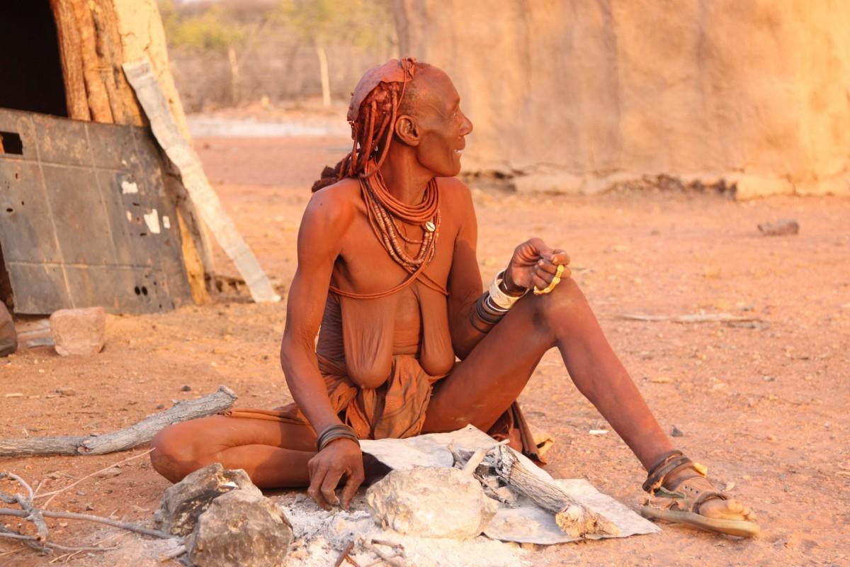 пожилая женщина племени в черной африке