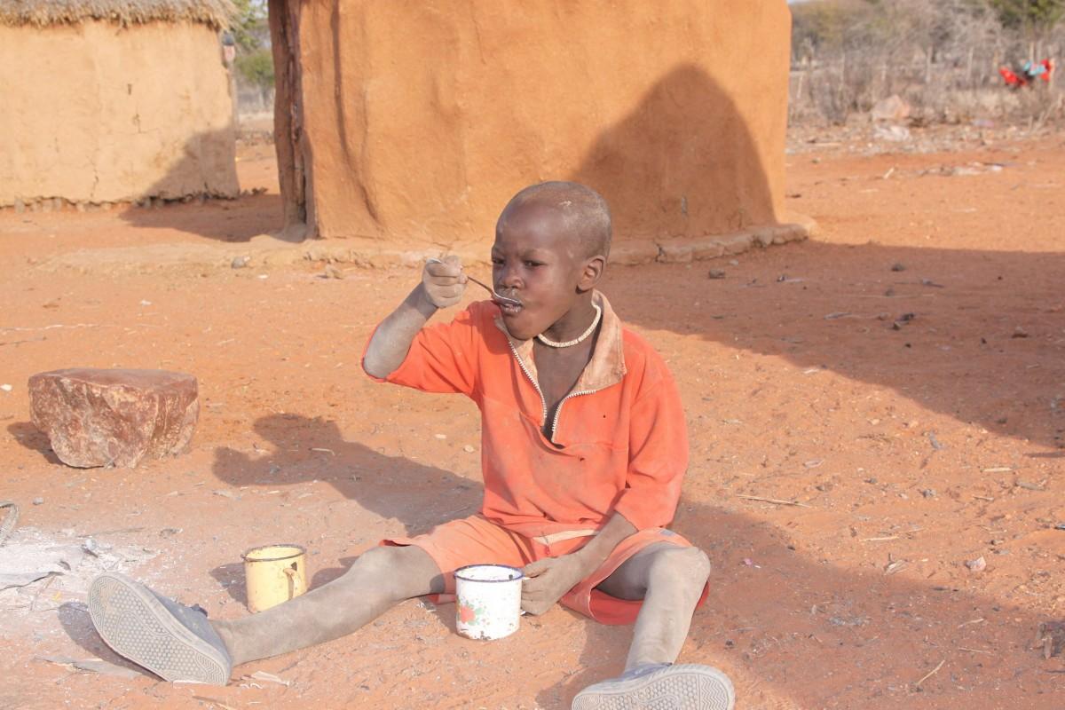 завтрак в племени в черной африке