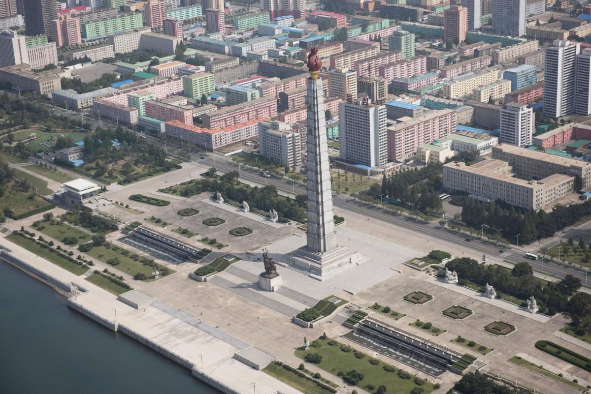 Знаменитая башня Чучхе в Пхеньяне, завершенная в 1982 году