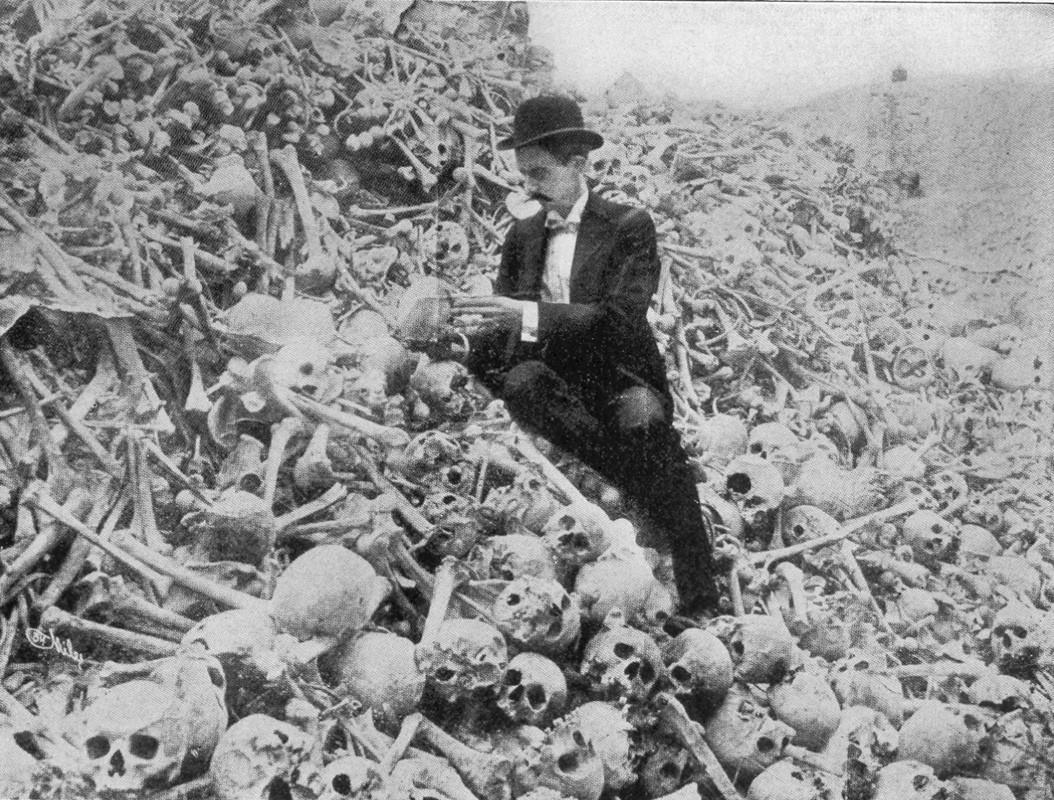 джентльмен на горе из скелетов на кладбище. Куба 1897