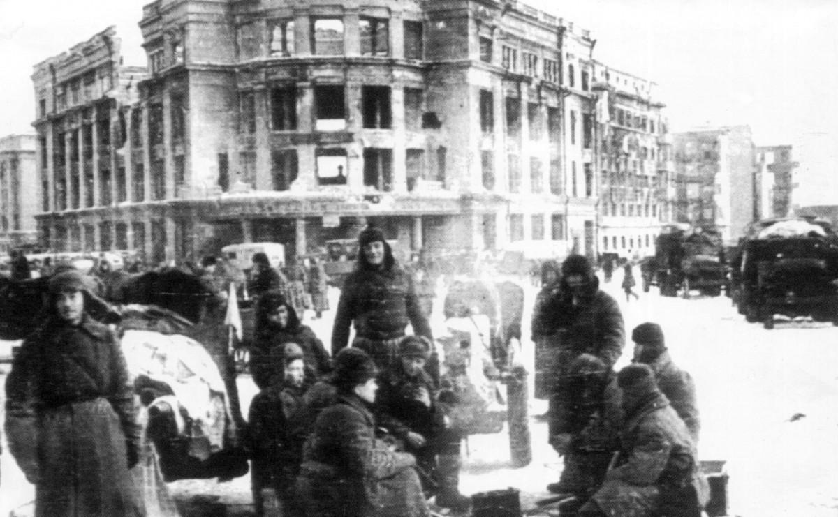 советские солдаты на фоне центрального универмага Сталинграда