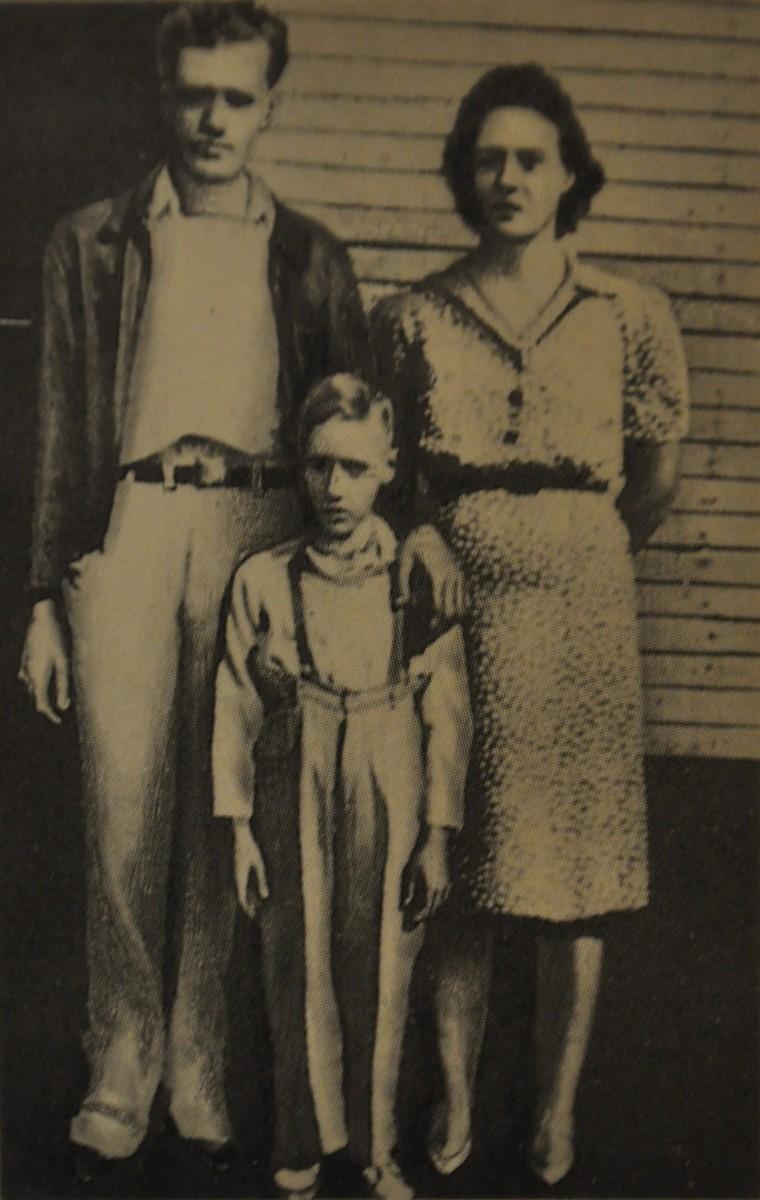 Вернон и Глэдис Пресли с сыном Элвисом