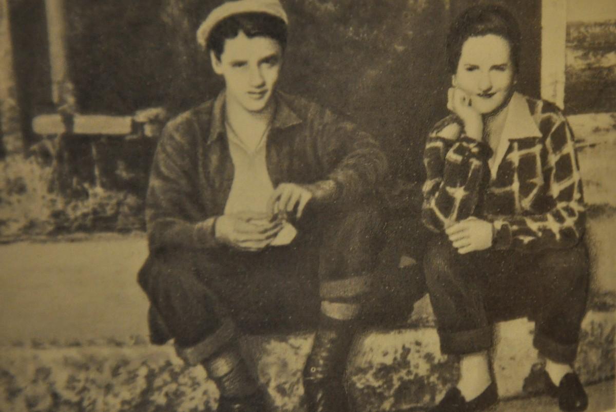 Четырнадцатилетниый Элвис (слева) сидит с другом на тротуаре в Мемфисе
