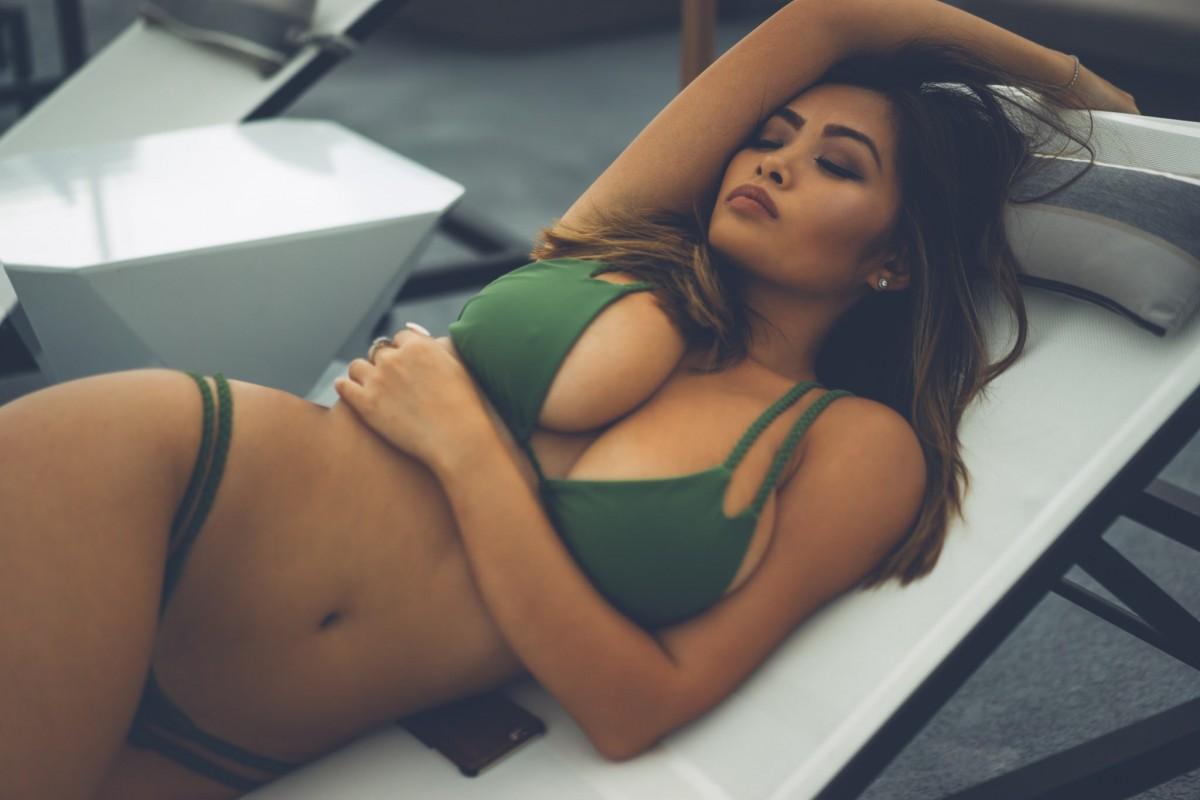 спящая сексуальная девушка