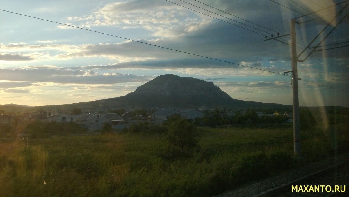 Гора Змейка - вид из поезда - со стороны железной дороги