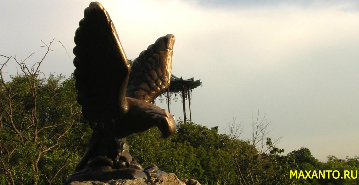 Скульптура Орла, терзающего змею. Пятигорск.